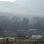 冬の里山にかかる小野がすみ